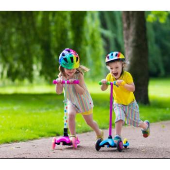 Детский самокат: тренажер для развития мышц и игрушка